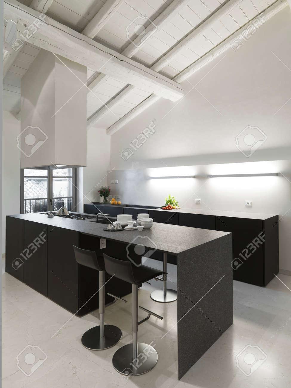 îlot de cuisine moderne avec plafond en bois et sol en marbre dans ...