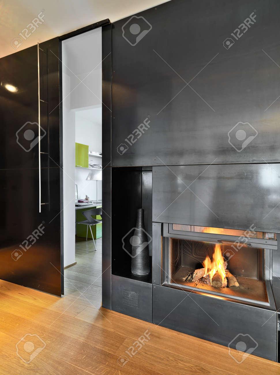 Detail Der Kamin Im Hte Modernes Wohnzimmer Mit Kamin Wand Mit Metall  überzogen Standard Bild