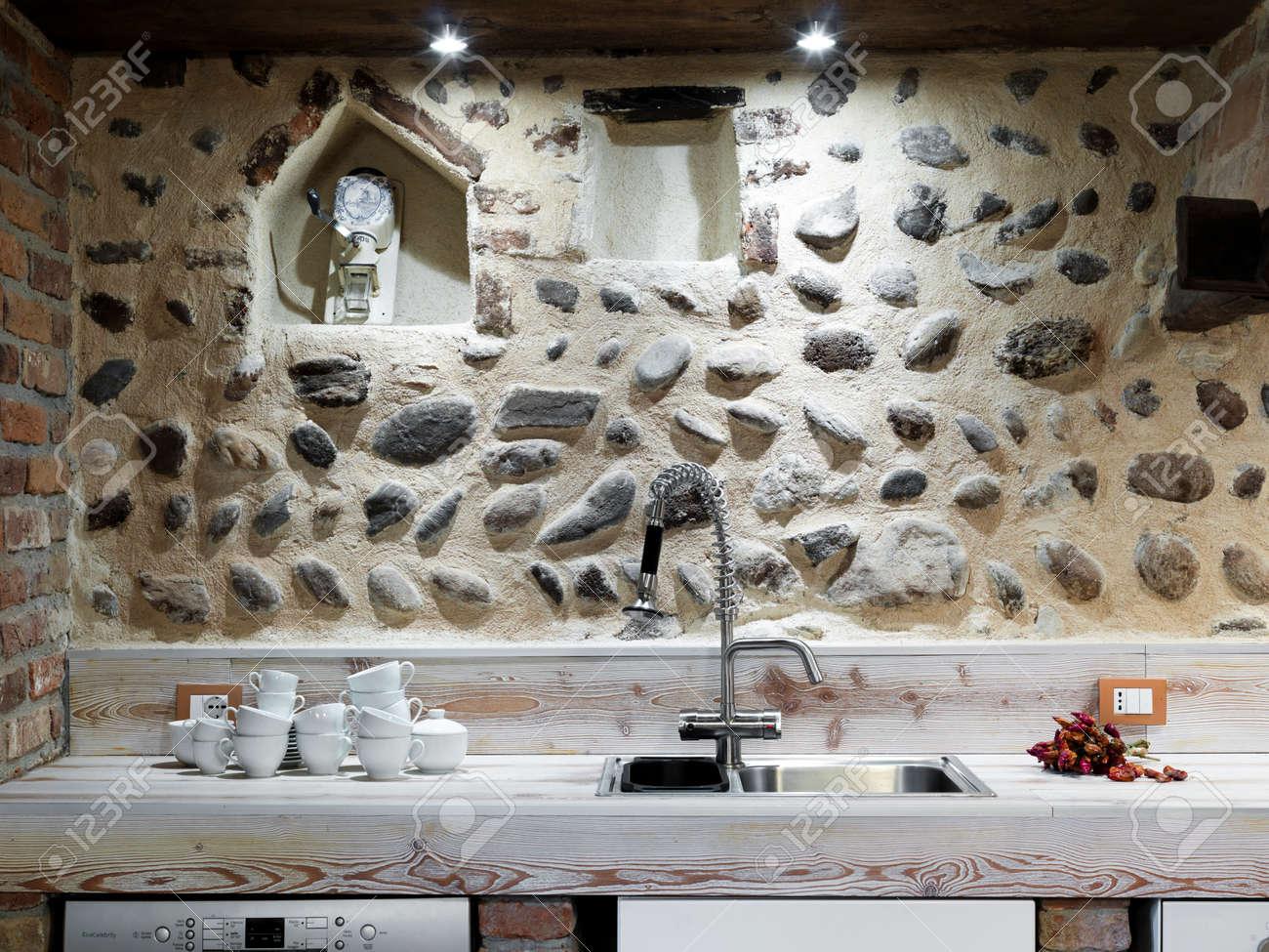 gerichte in der nähe in einem rustikalen küche mit steinwand