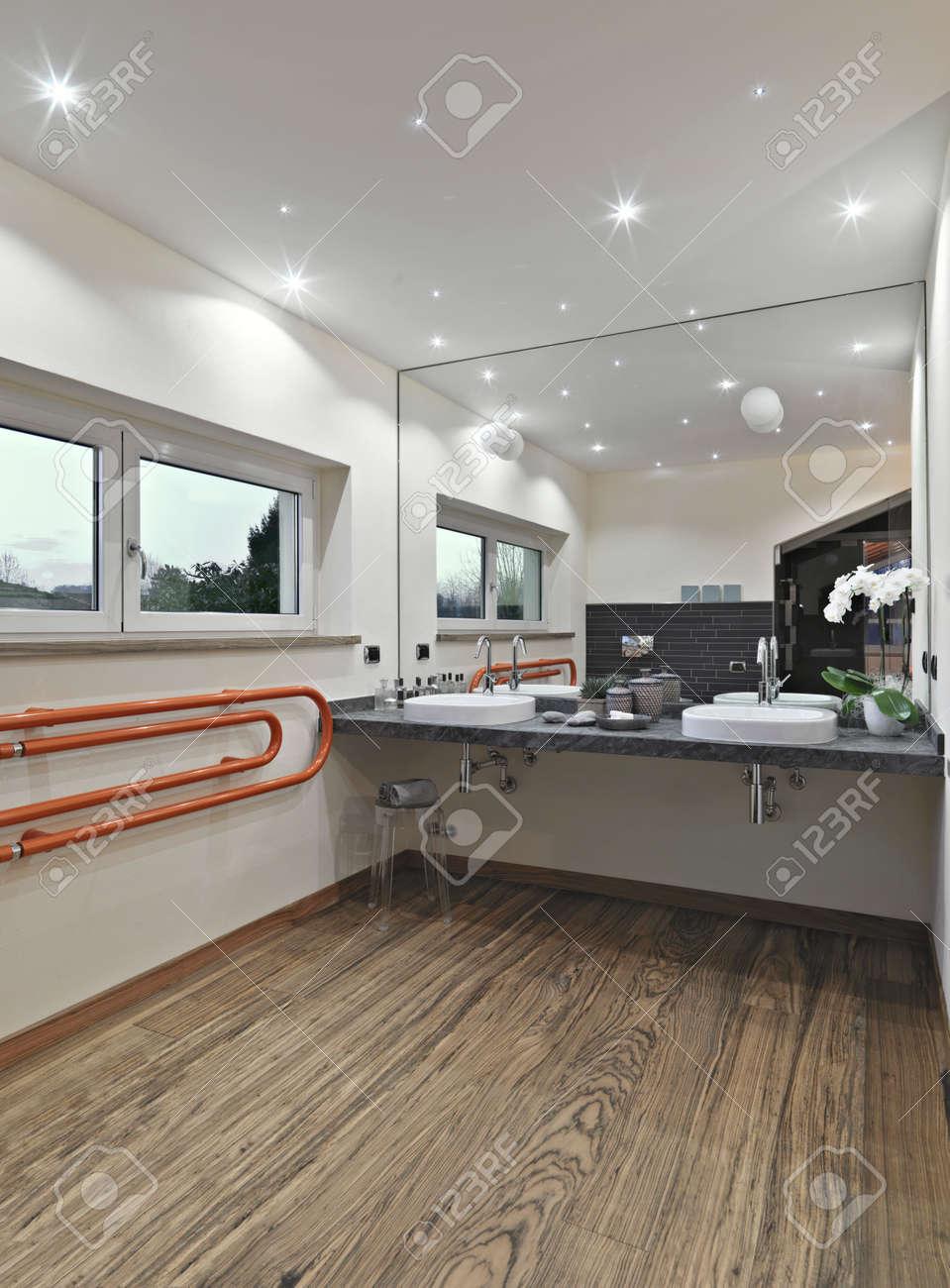 bagno moderno in mansarda con pavimento in legno foto royalty free ... - Bagni Moderni Legno