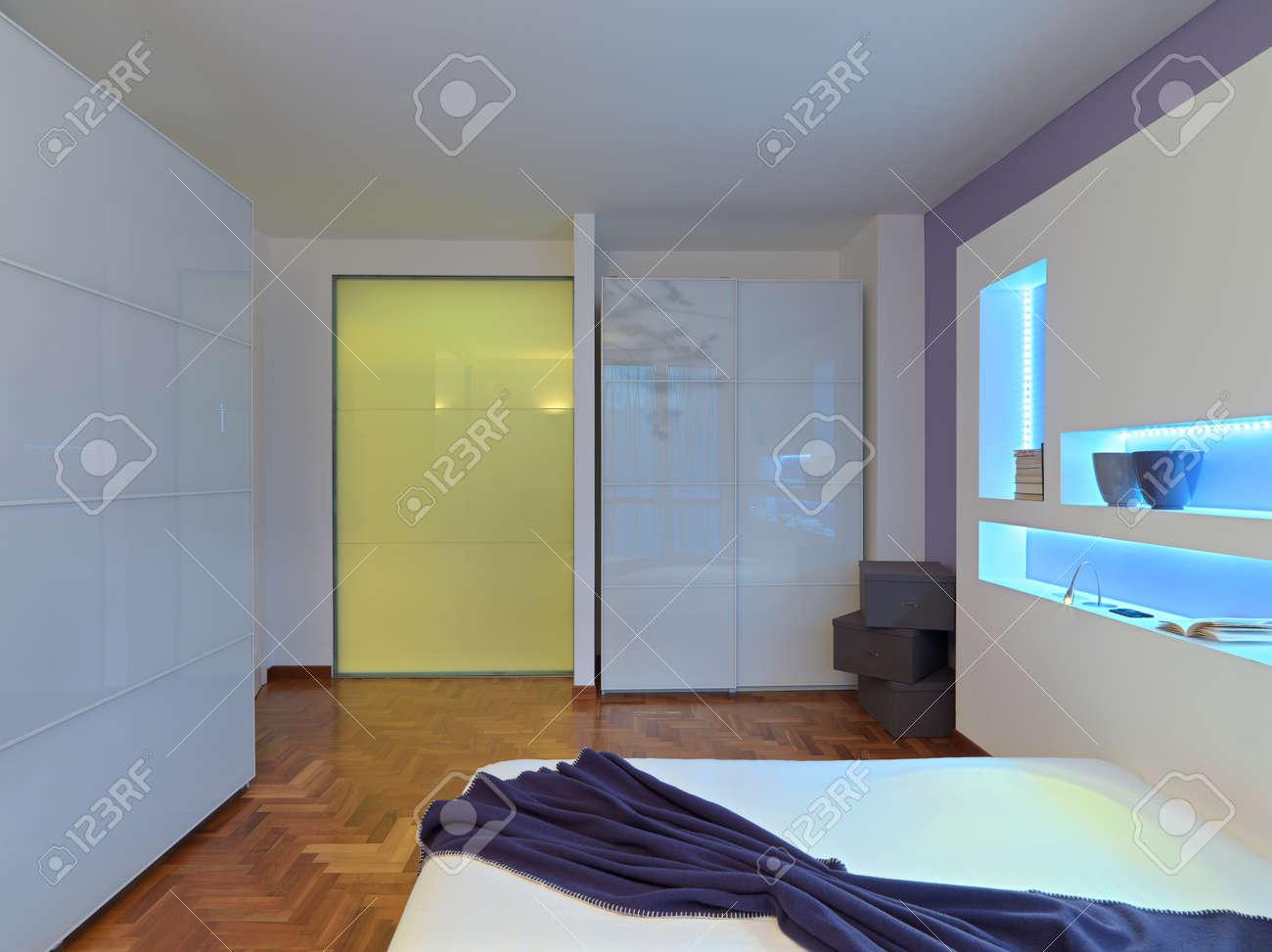 Vue De L\'intérieur D\'une Chambre Moderne Avec Armoire à Glace Et Le ...