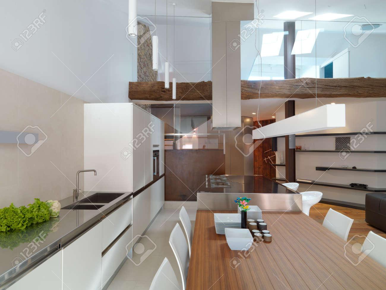 Vue de l\'intérieur d\'un salon moderne et cuisine donnant sur la mezzanine