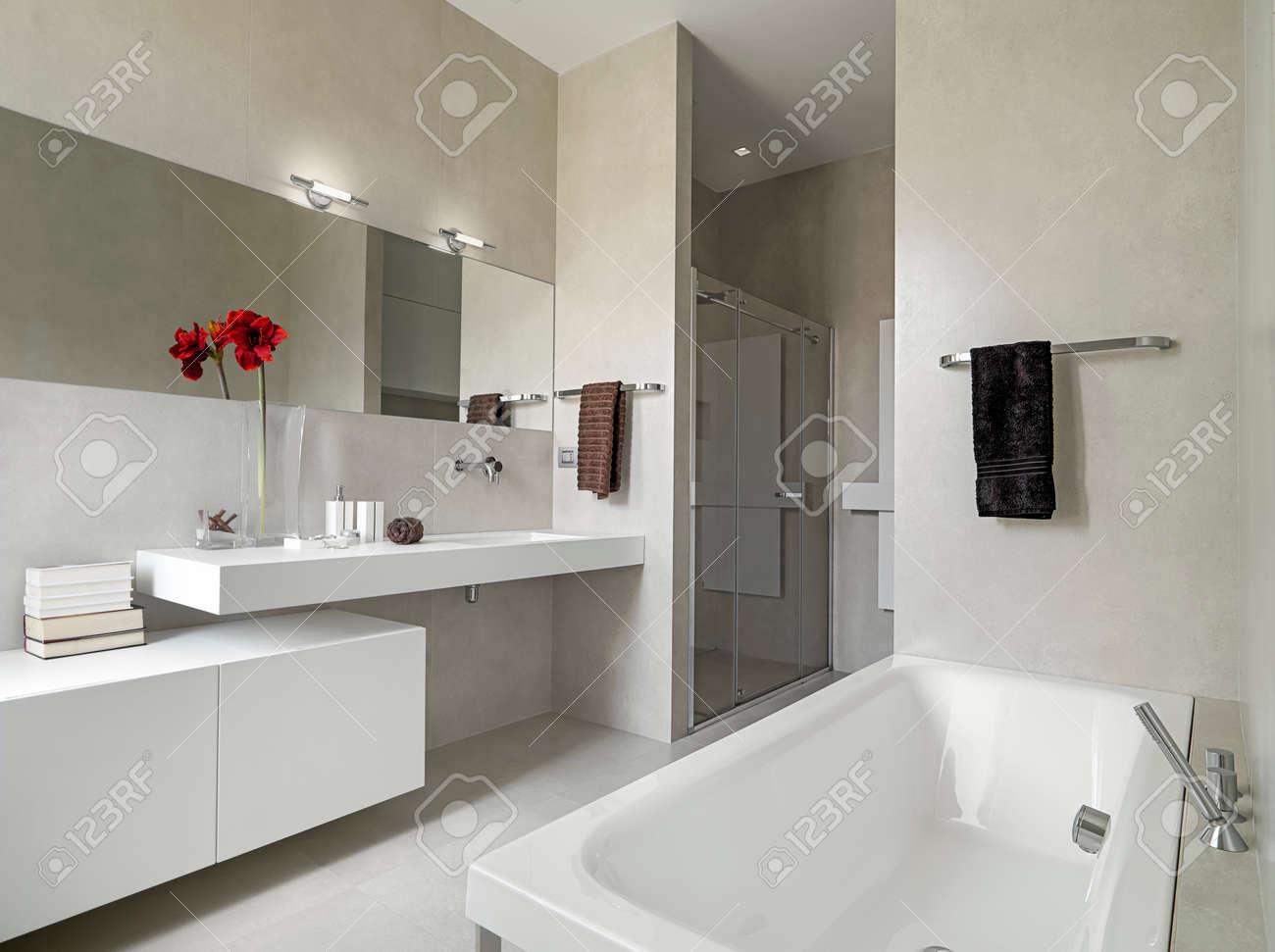 panoramic view of a modern bathroom with washbasin and bathtub Standard-Bild - 32686598