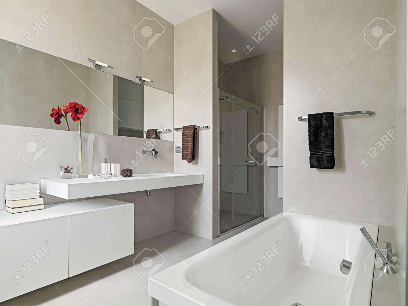 banque dimages vue panoramique dune salle de bains moderne avec baignoire et lavabo - Baignoire Salle De Bain Moderne