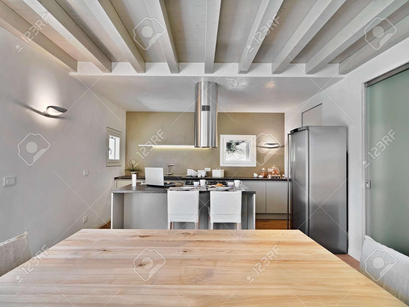 Vue de l'intérieur d'une cuisine moderne avec plafond en bois et ...