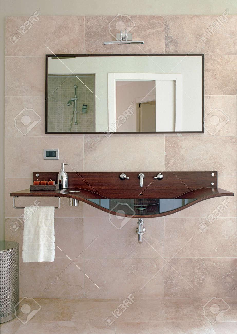 Vue Interieure De Salle De Bains Moderne Et Le Premier Plan Vasque