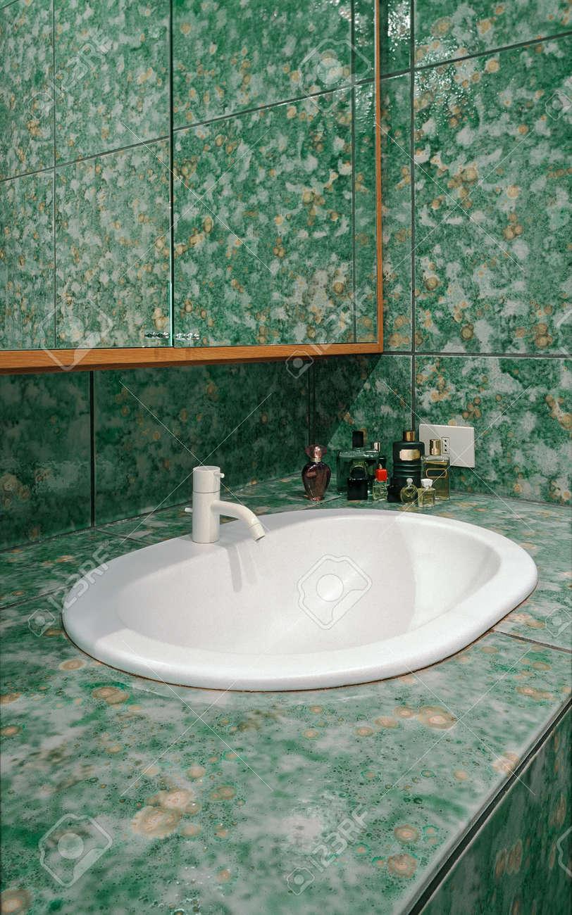 Innenansicht Des Modernen Bad Mit Grünen Fliesen Und Vordergrund Auf ...