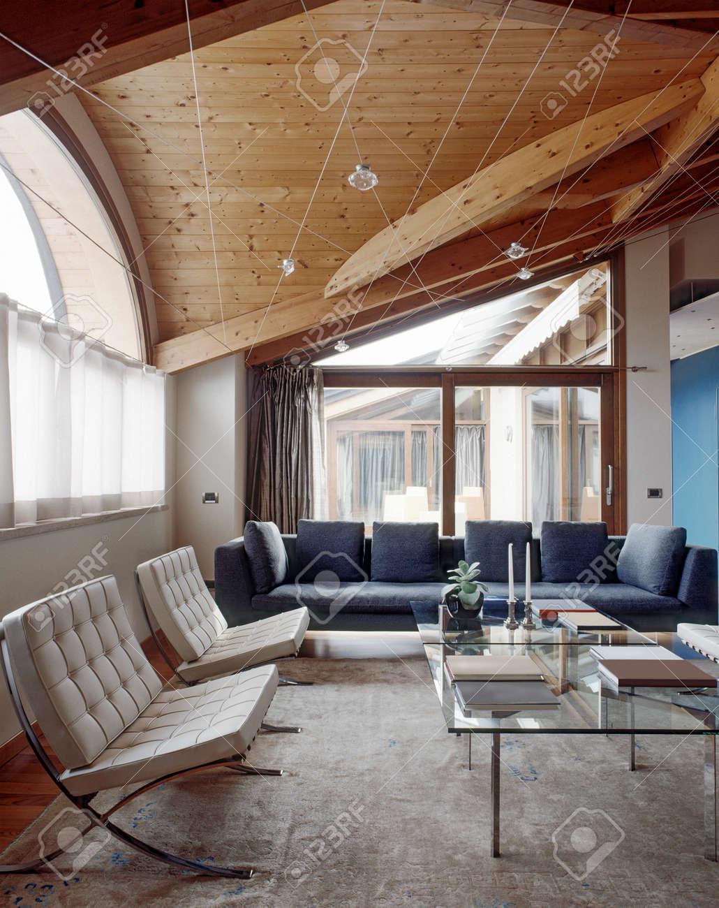 Modernes Wohnzimmer Im Dachgeschoss Mit Holzdecke Lizenzfreie Bilder