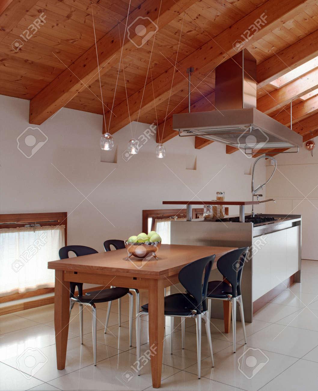 Vue de l'intérieur d'une cuisine de modenr dans la chambre ...