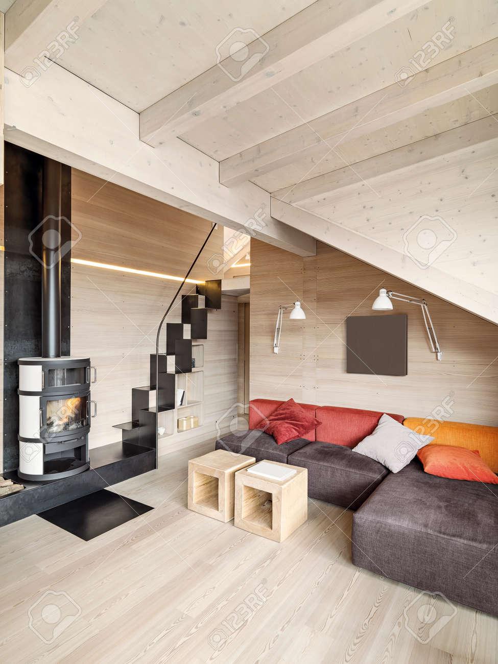Innenansicht Des Rustikalen Wohnzimmer Mit Kamin Holzboden Und Holzdecke Lizenzfreie Bilder