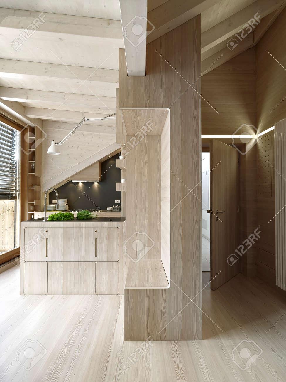 Vue de l'intérieur de l'entrée et la cuisine dans l'appartement ...