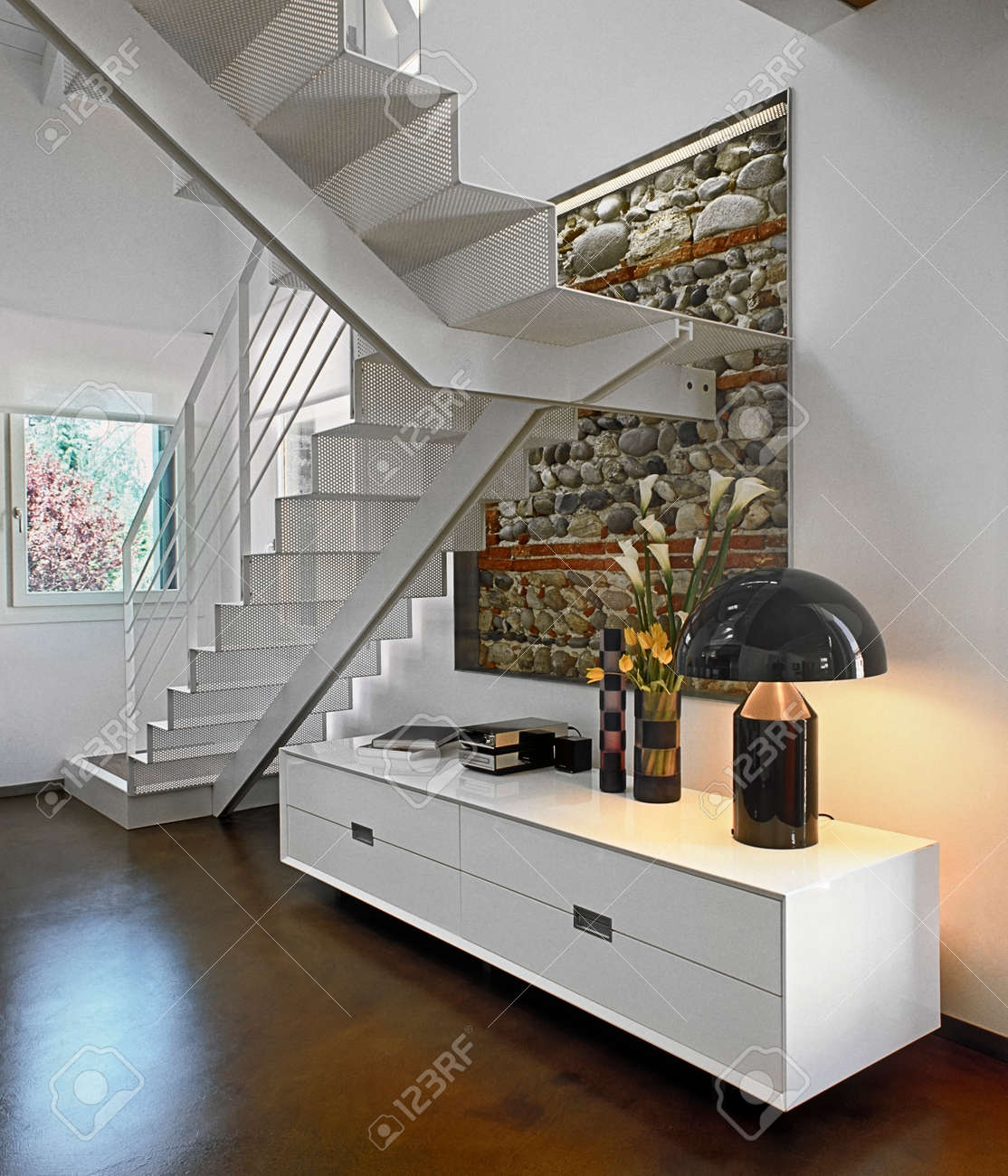 Weiße Möbel Und Treppe In Teh Moderne Wohnzimmer Lizenzfreie Fotos ...