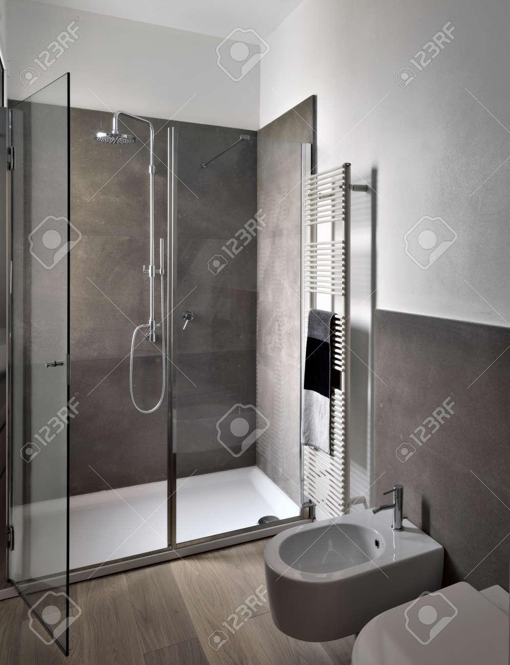 Vue Intérieure De Bahtroom Moderne Avec Cabine De Douche En Verre Et ...