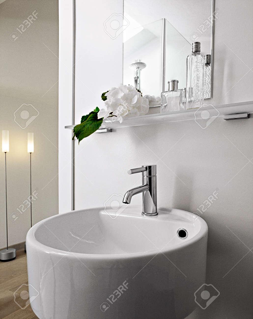 Detial Aus Stahl Wasserhahn Für Weißen Runden Waschbecken In Einem ...