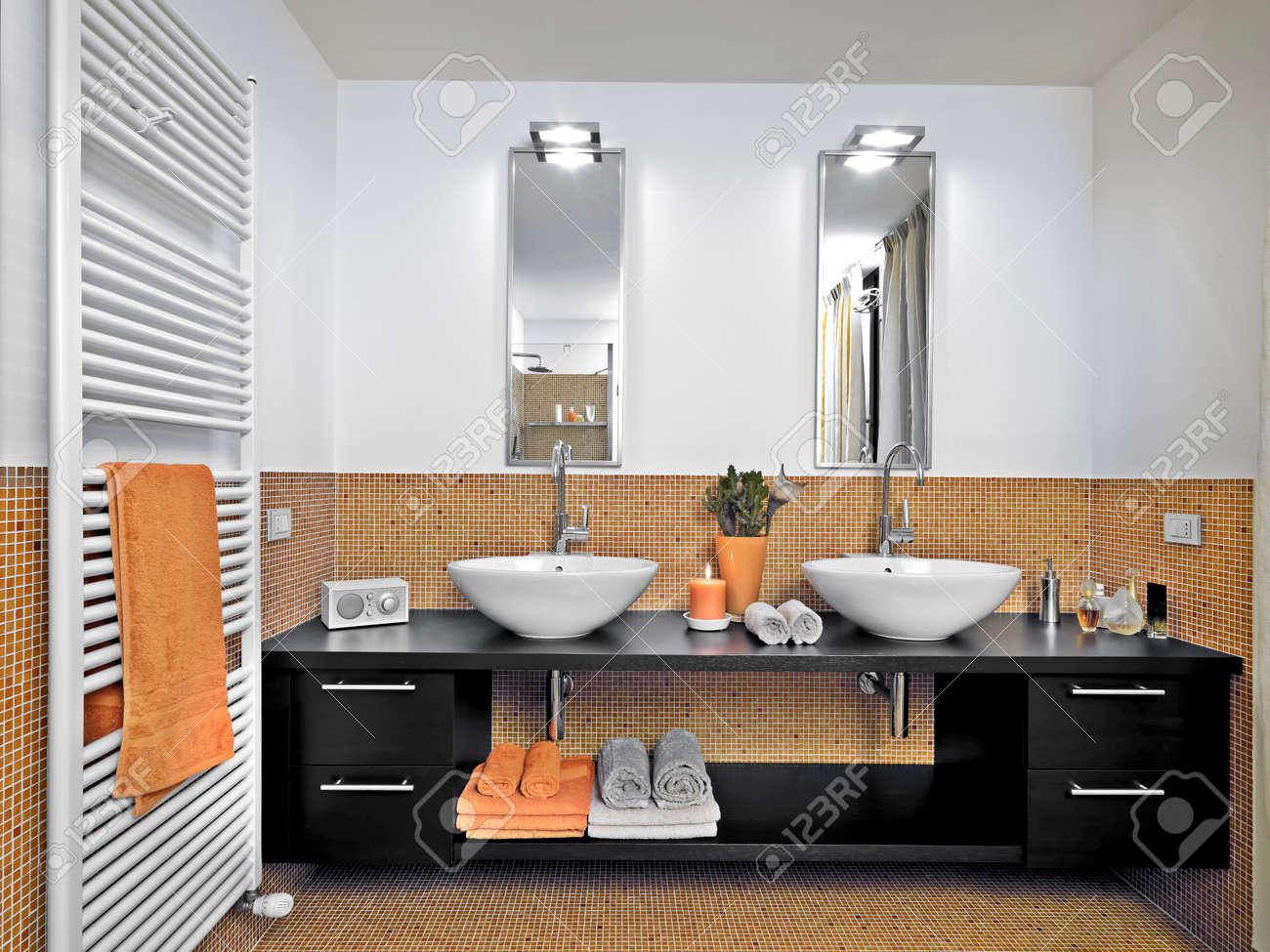 great detalle de doble washvbasin en el moderno cuarto de bao con azulejos de mosaico de - Azulejos Cuarto De Bao