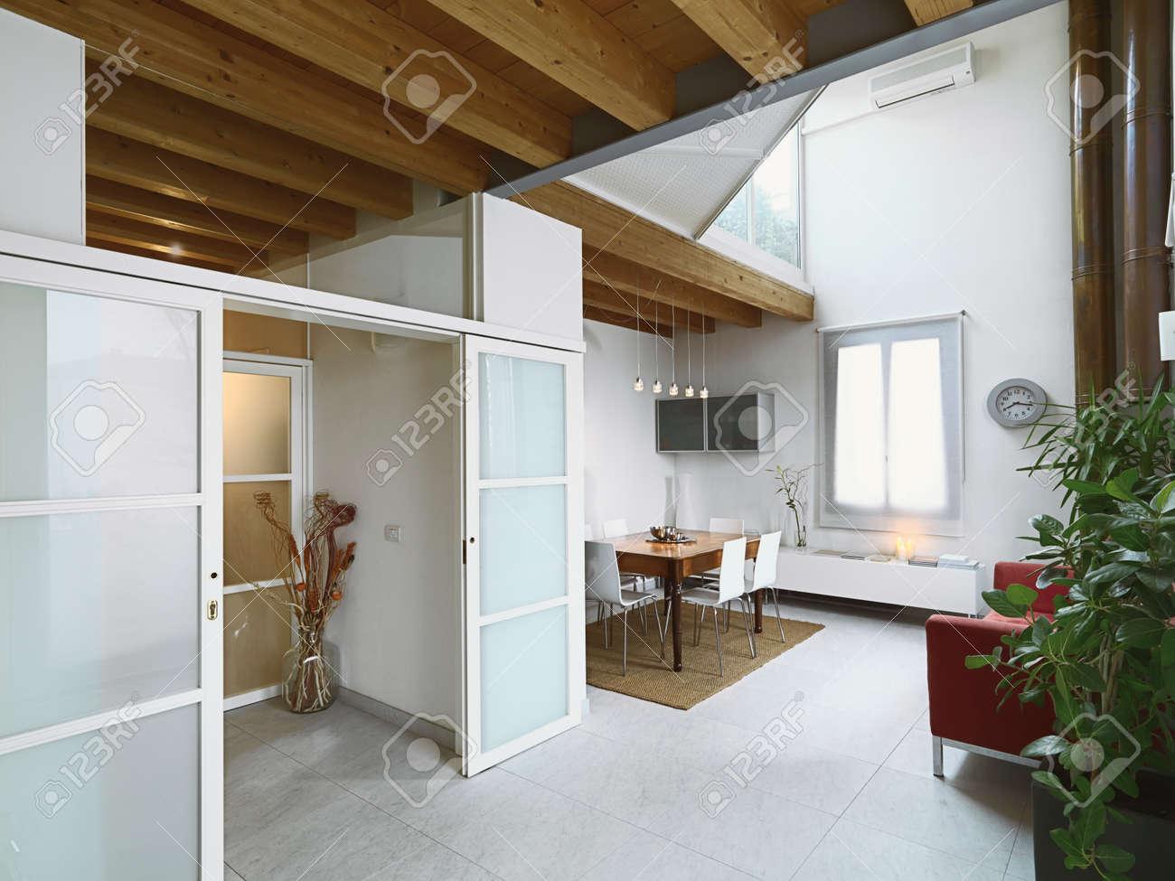 Vue De L'intérieur D'un Salon Moderne Avec Une Table à Manger Au ...
