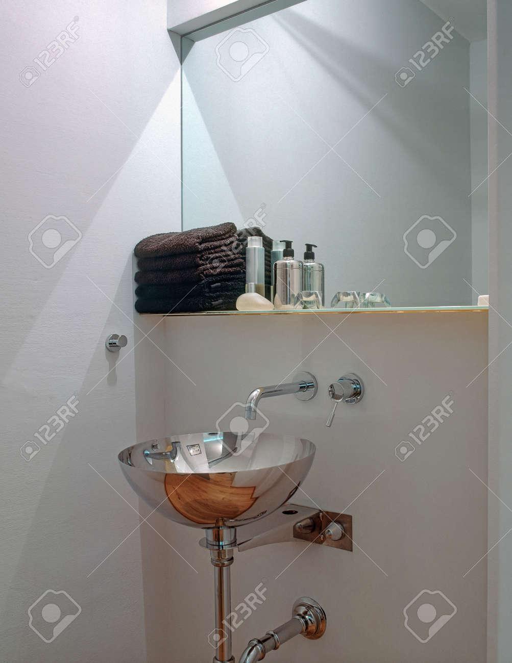 Lavabi In Acciaio Bagno.Immagini Stock Primo Piano Lavabo In Acciaio In Un Bagno Moderno