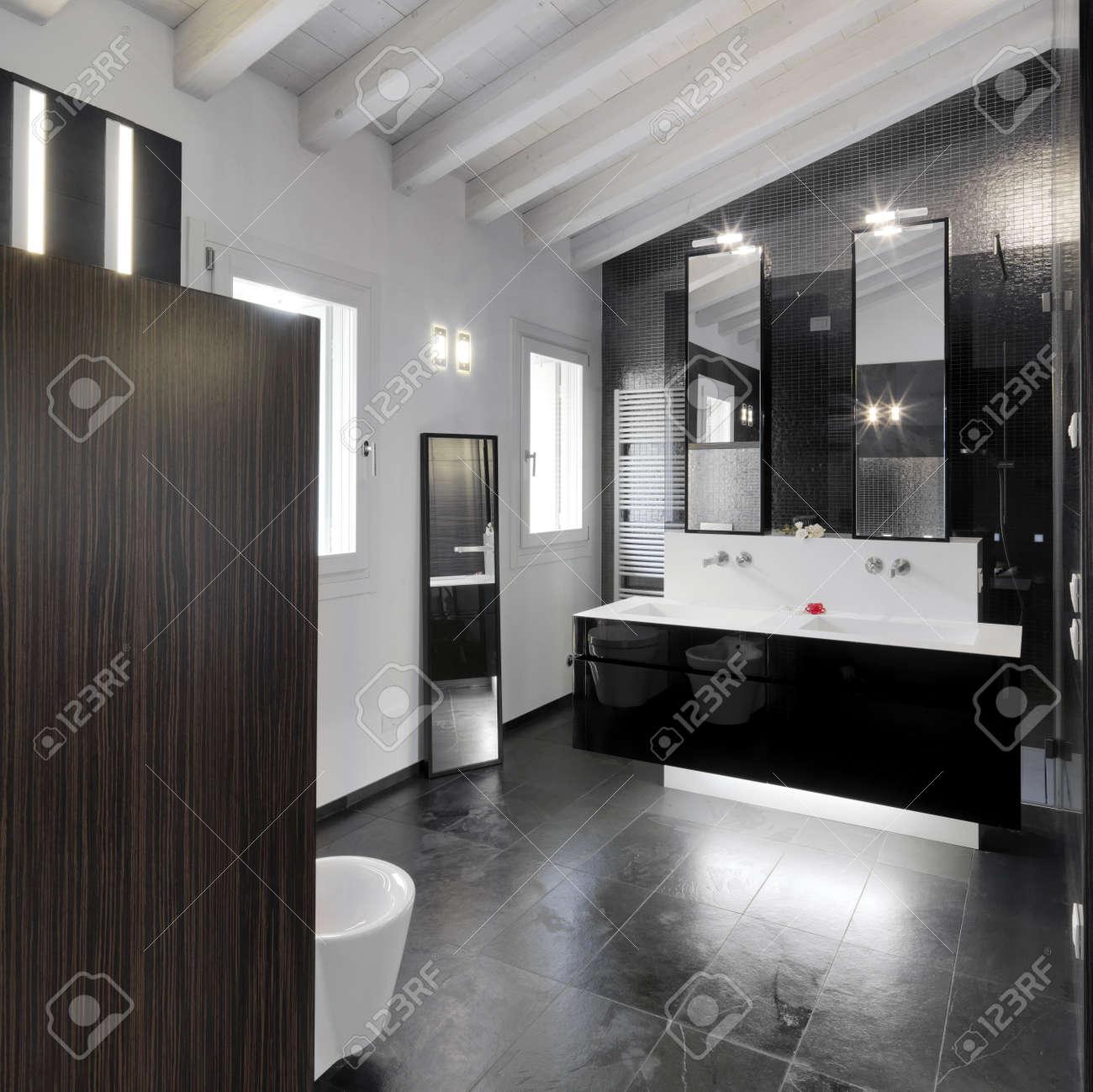 Vue intérieure de salle de bains moderne dans la chambre mansardée ...