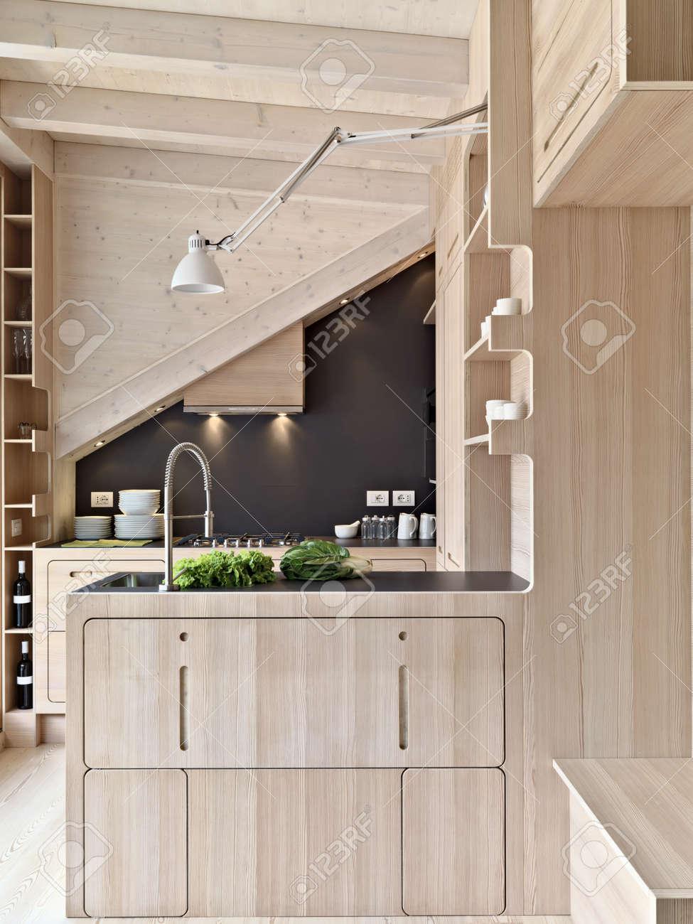 Vordergrund Oh Eine Hölzerne Moderne Küche Insel In Der Mansarde ...