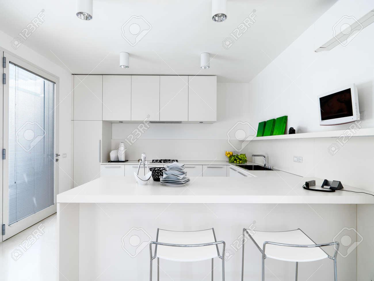 Vue De Lintérieur Dune Cuisine Moderne Blanc Avec Des Légumes Sur