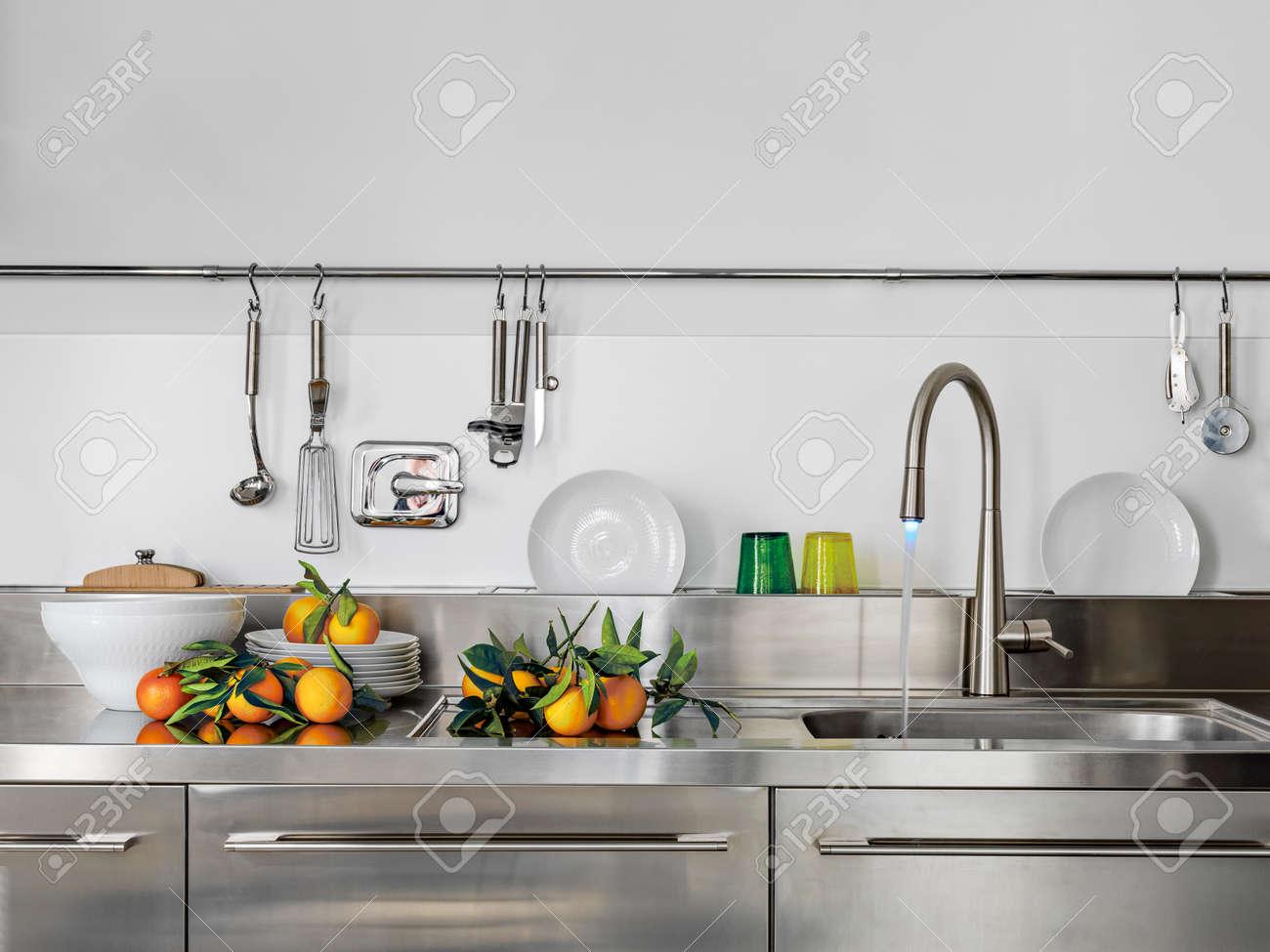 Détail De évier Et Le Robinet Dans La Cuisine Moderne à L\'orange ...