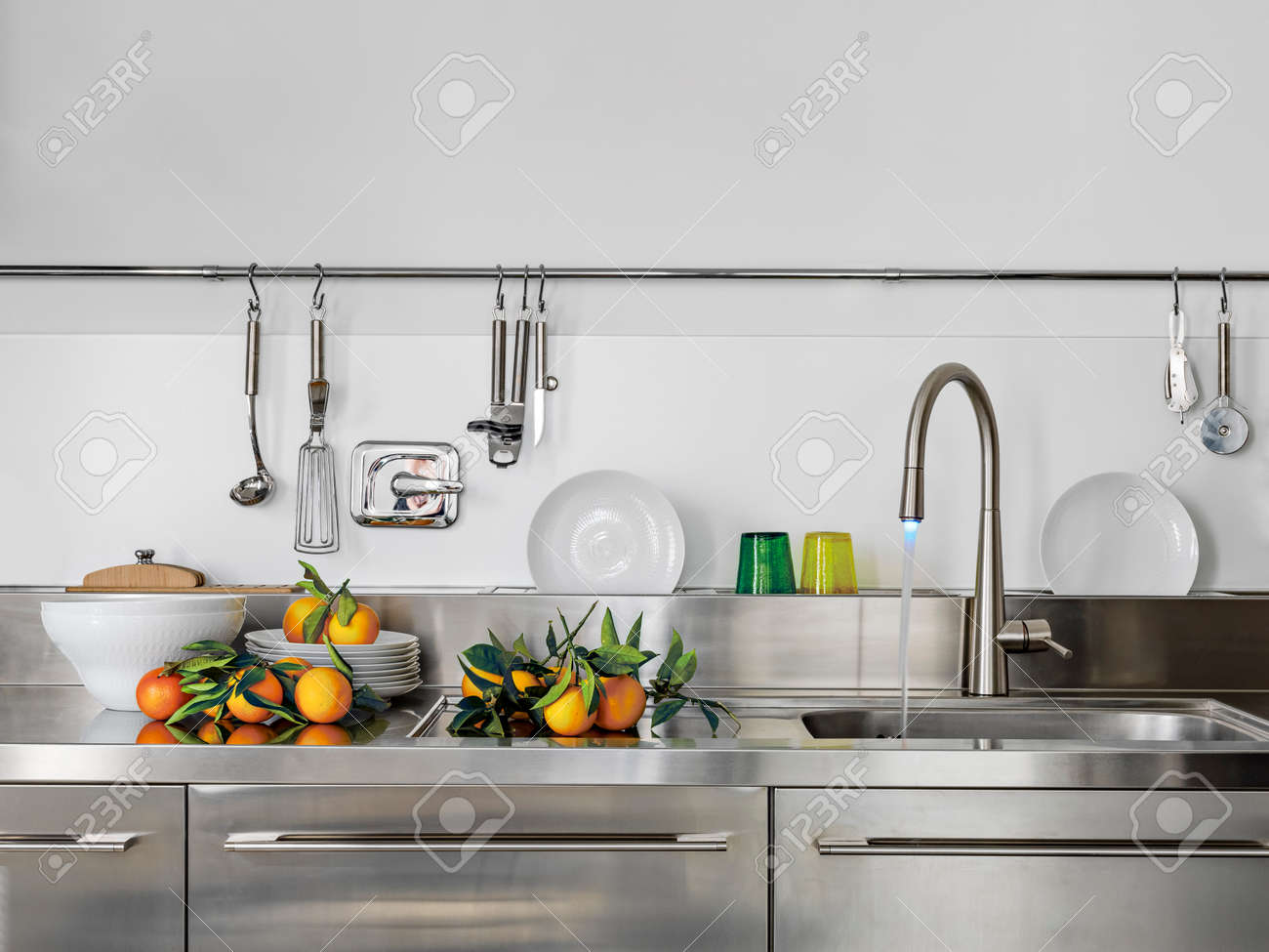 Detail Der Spule Und Wasserhahn In Der Modernen Kuche Mit Orange Auf