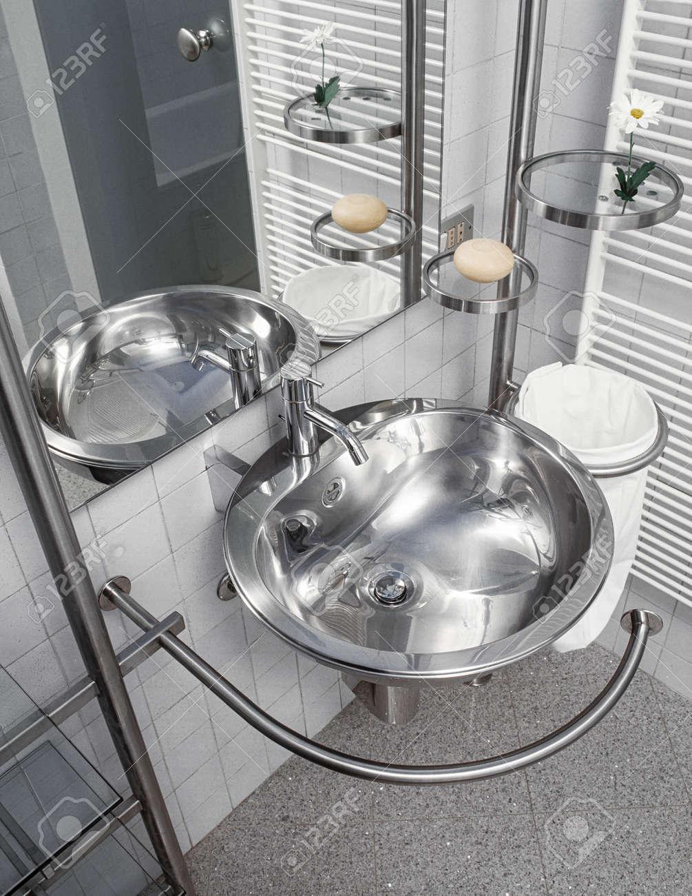 Lavabi In Acciaio Bagno.Dettaglio Del Lavabo In Acciaio In Bagno Moderno Foto Royalty Free