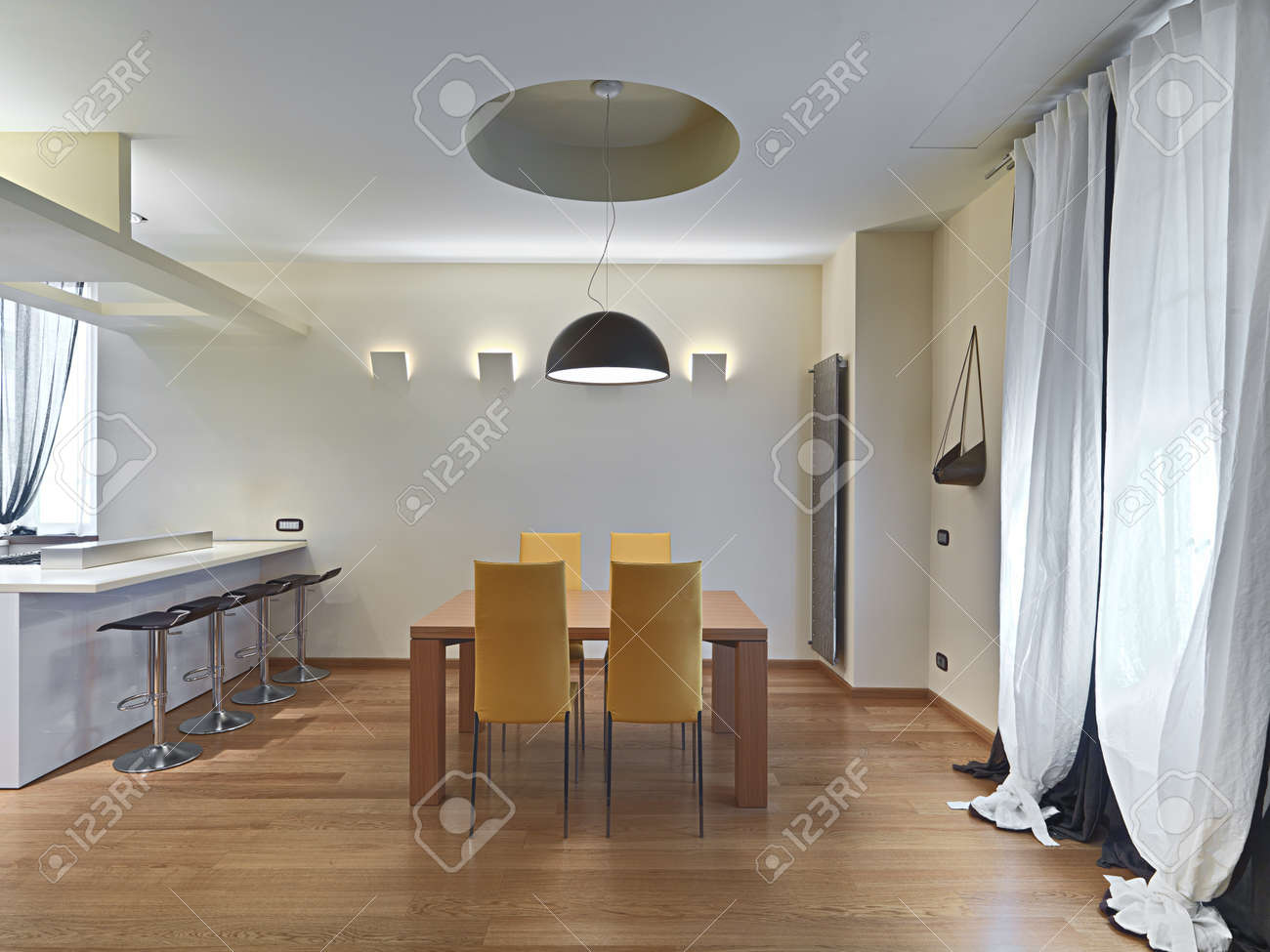 Banque Du0027images   Salle à Manger Moderne Avec Des Chaises En Cuir Jaune Et  Table En Bois, Plancher Nade Du Parquet.