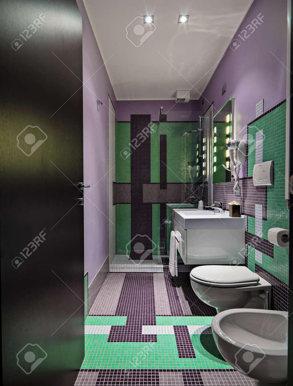 Vue inter oa salle de bains moderne avec des carreaux de mosaïque de couleur
