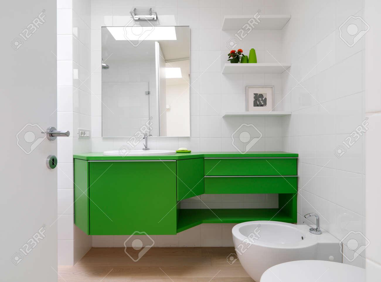 archivio fotografico bagno moderno con mobili colorati e pavimento in legno