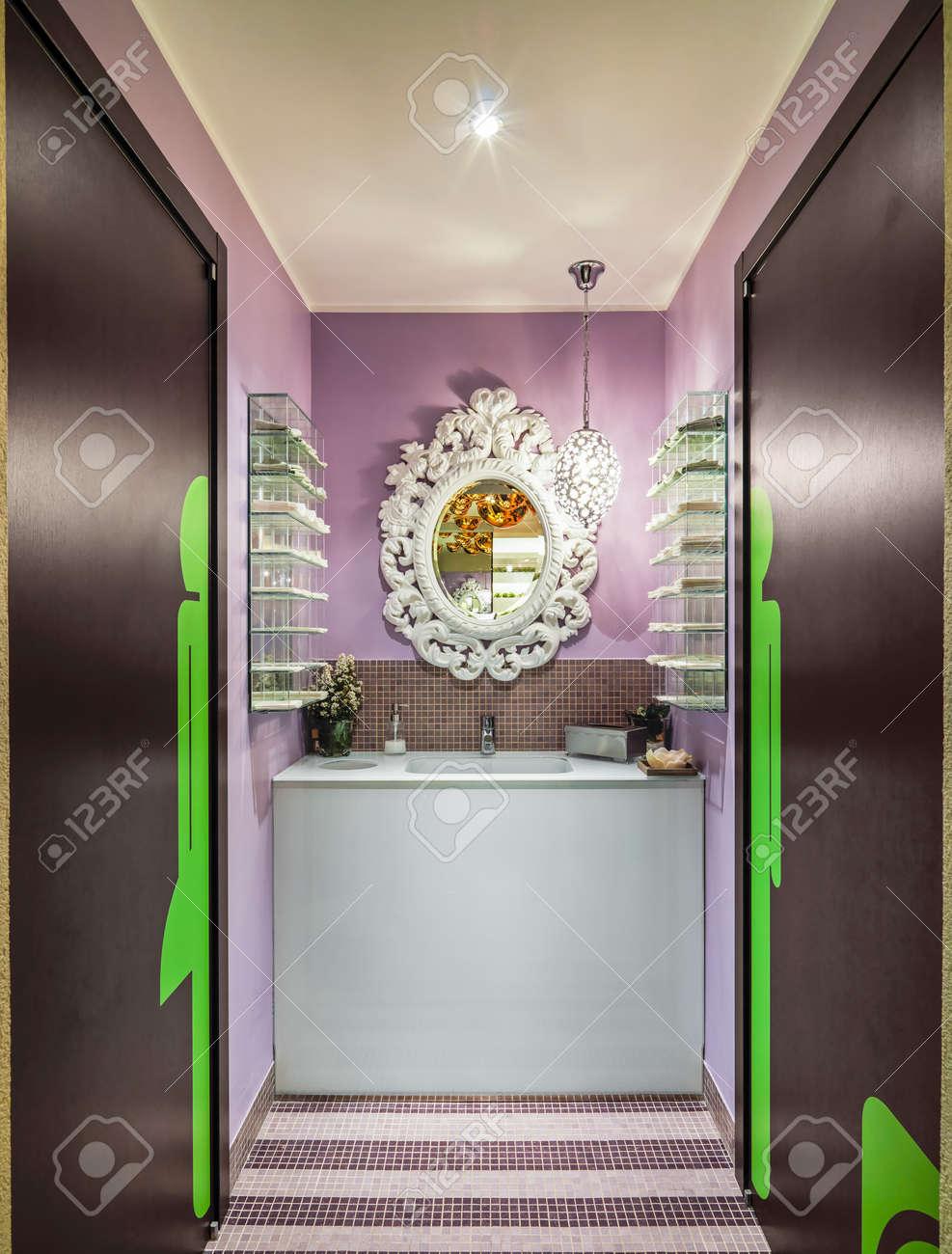 Primo piano di un lavandino in bagno moderno colorato