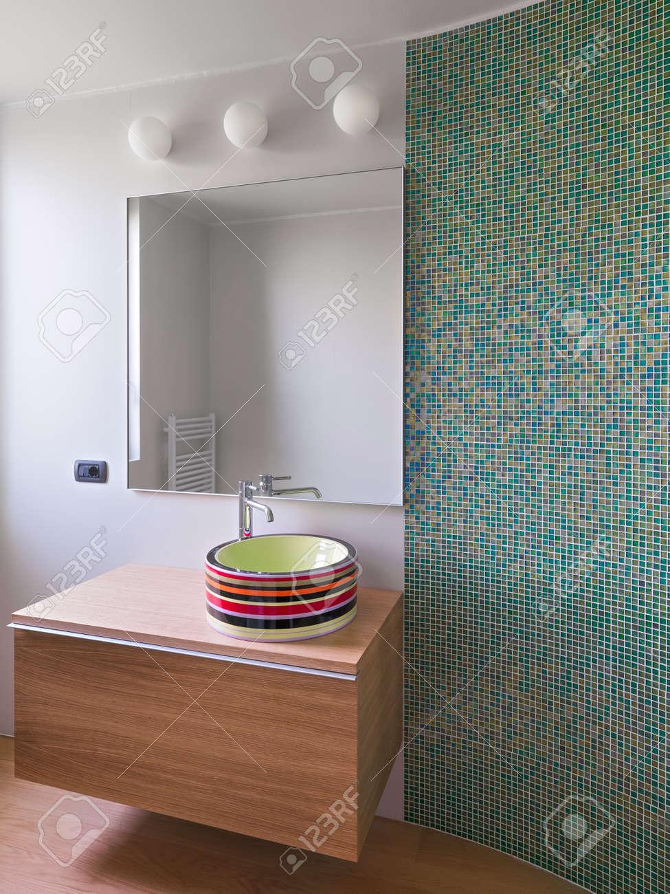 Bunte Waschbecken Auf Dem Naturholzmobeln Im Modernen Bad Mit Einer