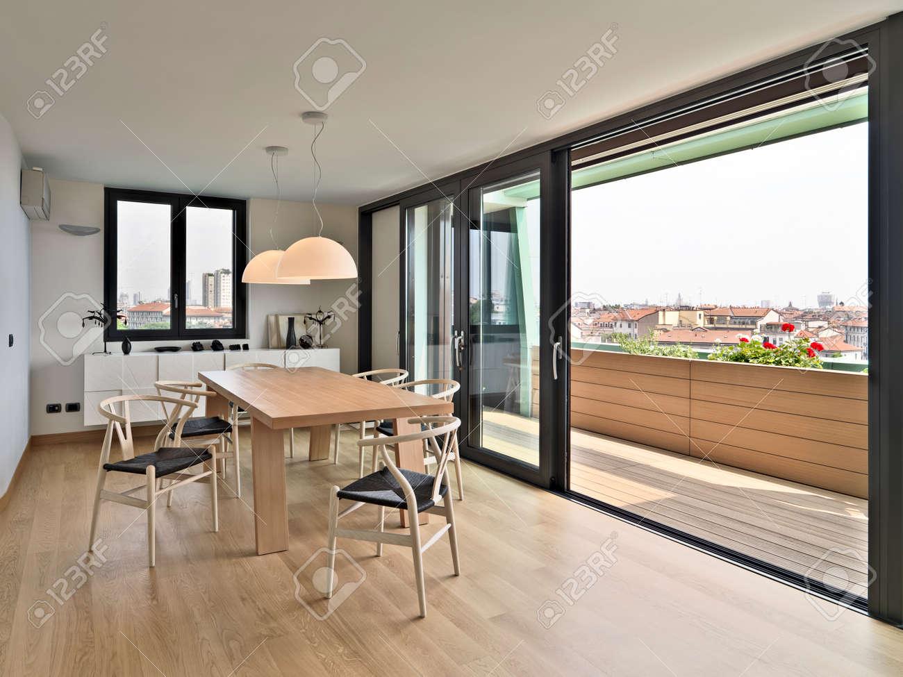 Einzigartig Stühle Für Esstisch Foto Von Hölzernen Und Stühle Auf Dem Dachboden Mit