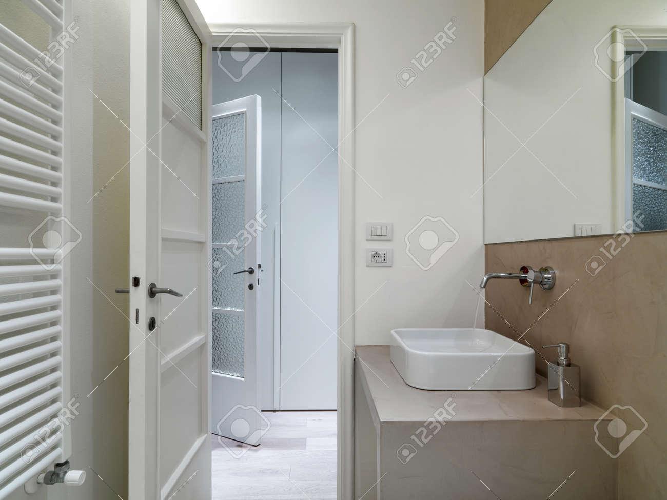 Detalle de washbsin de baño moderno con la puerta abierta el ...