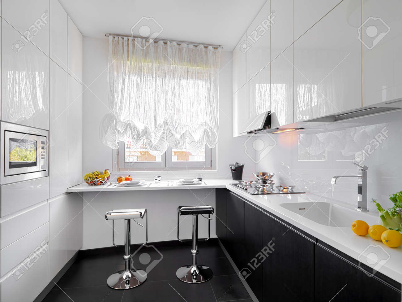 Modernen Weißen Küche Mit Zwei Stühlen In Der Nähe Vor Dem Fenster ...