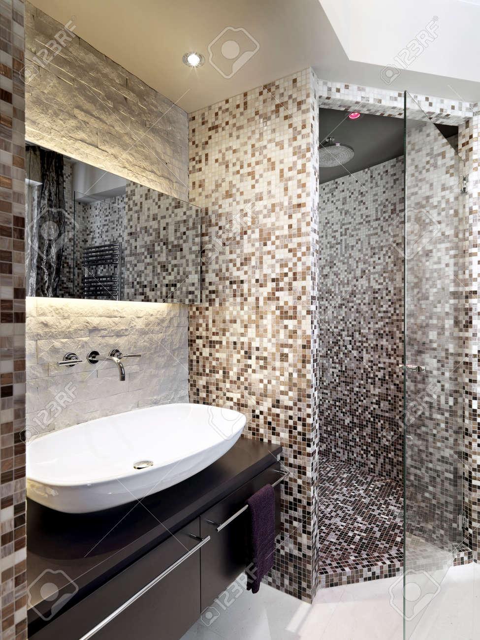 mosaico bagno dettaglio del lavandino in un bagno moderno con box doccia in muratura rivestita