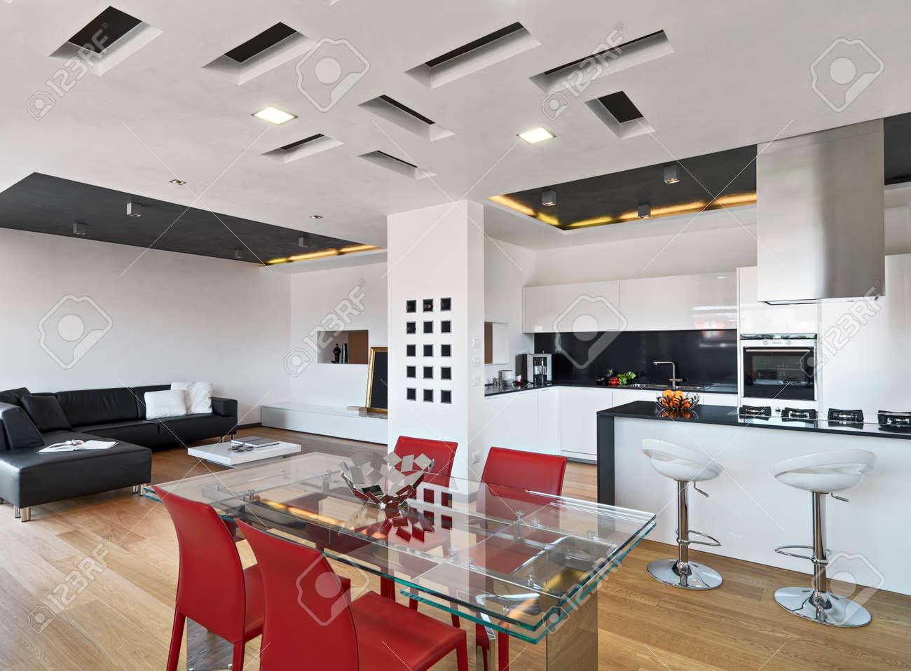 Fantastisch Innenansicht Der Wohnung Mit Holzboden Im Vordergrund Der Esstisch Aus Glas  Auf Der Modernen Küche Mit