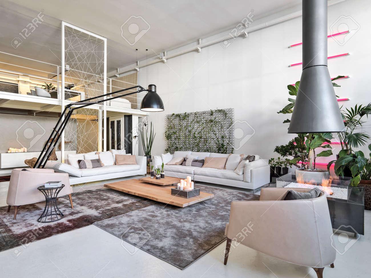 vista interiore di un salotto moderno con camino in ferro ... - Salone Moderno Con Camino