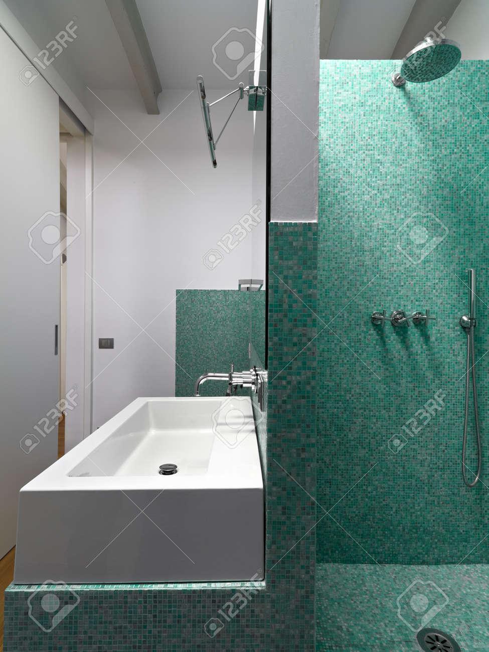 foto de archivo detalle de una cabina de ducha y lavabo en el cuarto de bao moderno