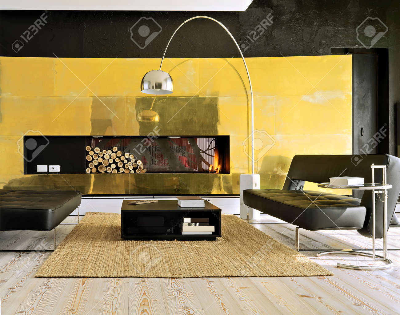 Zwei Moderne Ledersofa In Der Nähe In Der Modernen Wohnzimmer-Kamin ...