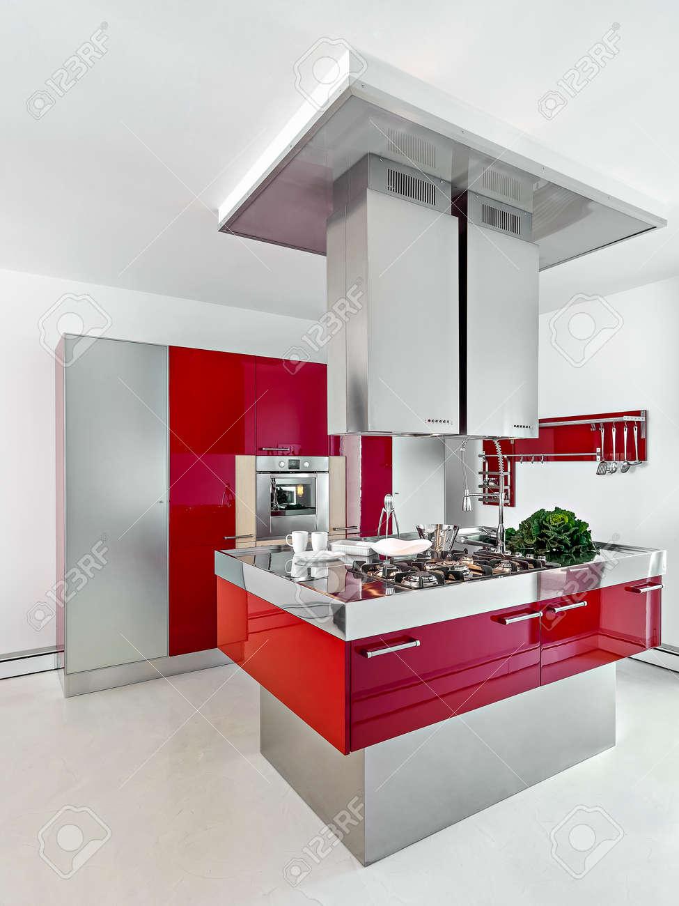Innenansicht Einer Modernen Küche Mit Roten Möbeln Im Vordergrund ...