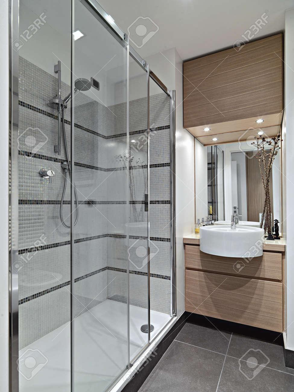 archivio fotografico vista interna di un bagno moderno con doccia in cristallo box