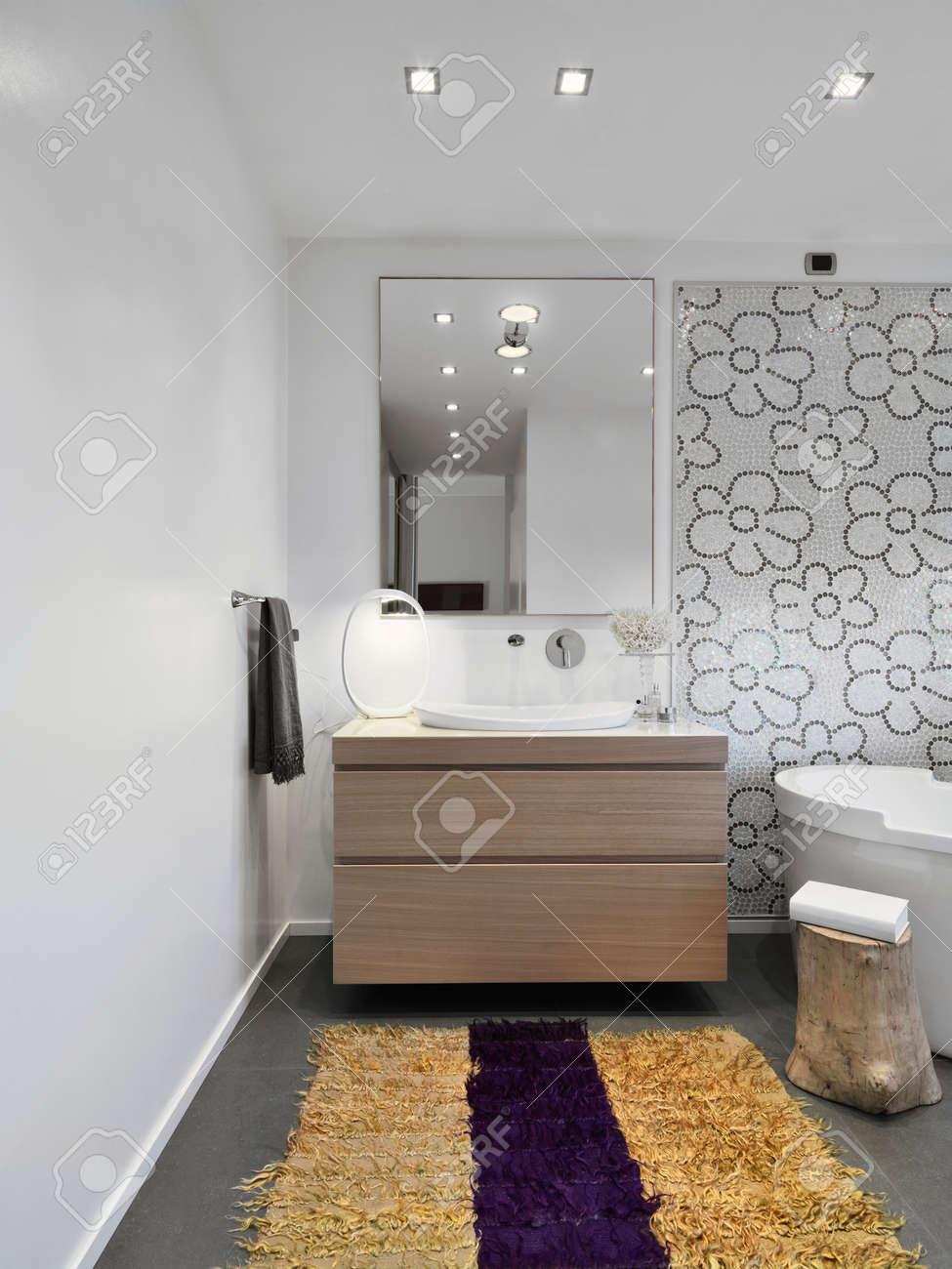 Vordergrund Von Holzmöbeln Und Gelben Teppich Im Modernen Badezimmer ...