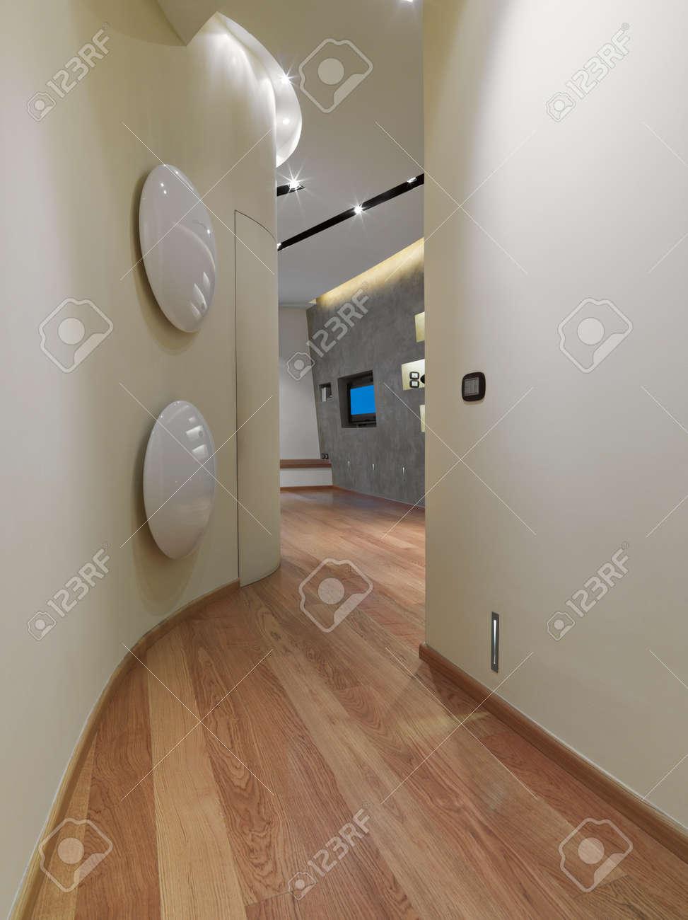 Innenansicht Eines Korridors Mit Blick Auf Das Wohnzimmer Mit ...