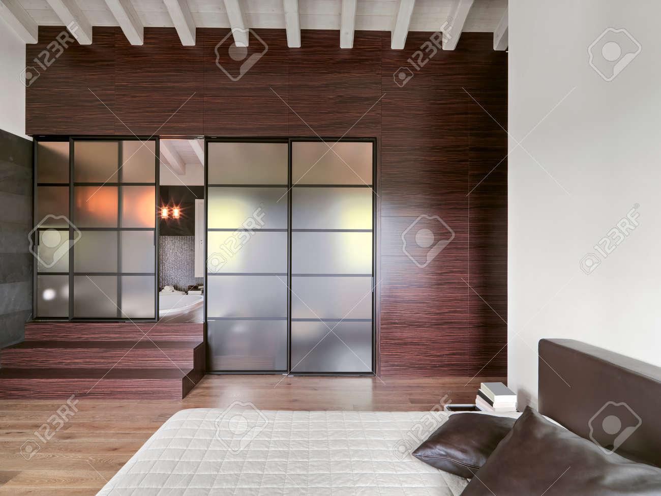 Vue De L Interieur D Une Chambre Moderne Avec Porte Coulissante En Verre Et Un Escalier Donnant Sur La Salle De Bain