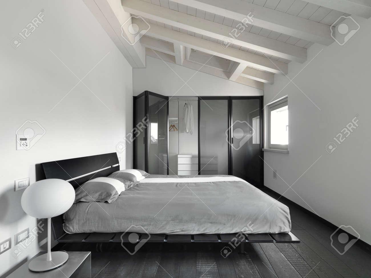 vista interno di una camera da letto moderna in mansarda con ... - Mansarda Camera Da Letto