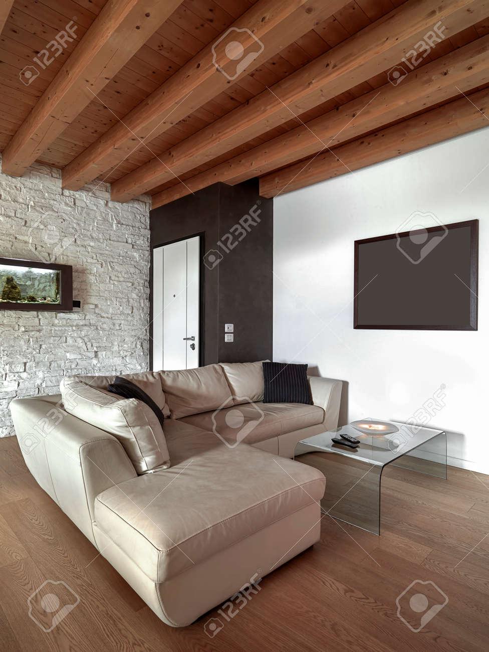 Moderne Leahter Sofa Mit Glastisch Im Wohnzimmer In Der Nähe Der ...