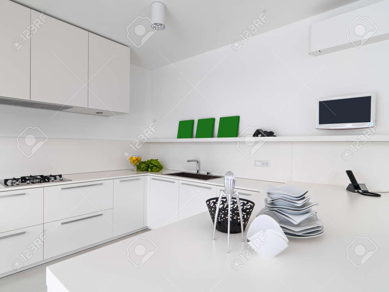 Inter Blick Auf Eine Weiße, Moderne Küche Mit Gemüse Und Gerichten Auf Der  Wotktop Standard
