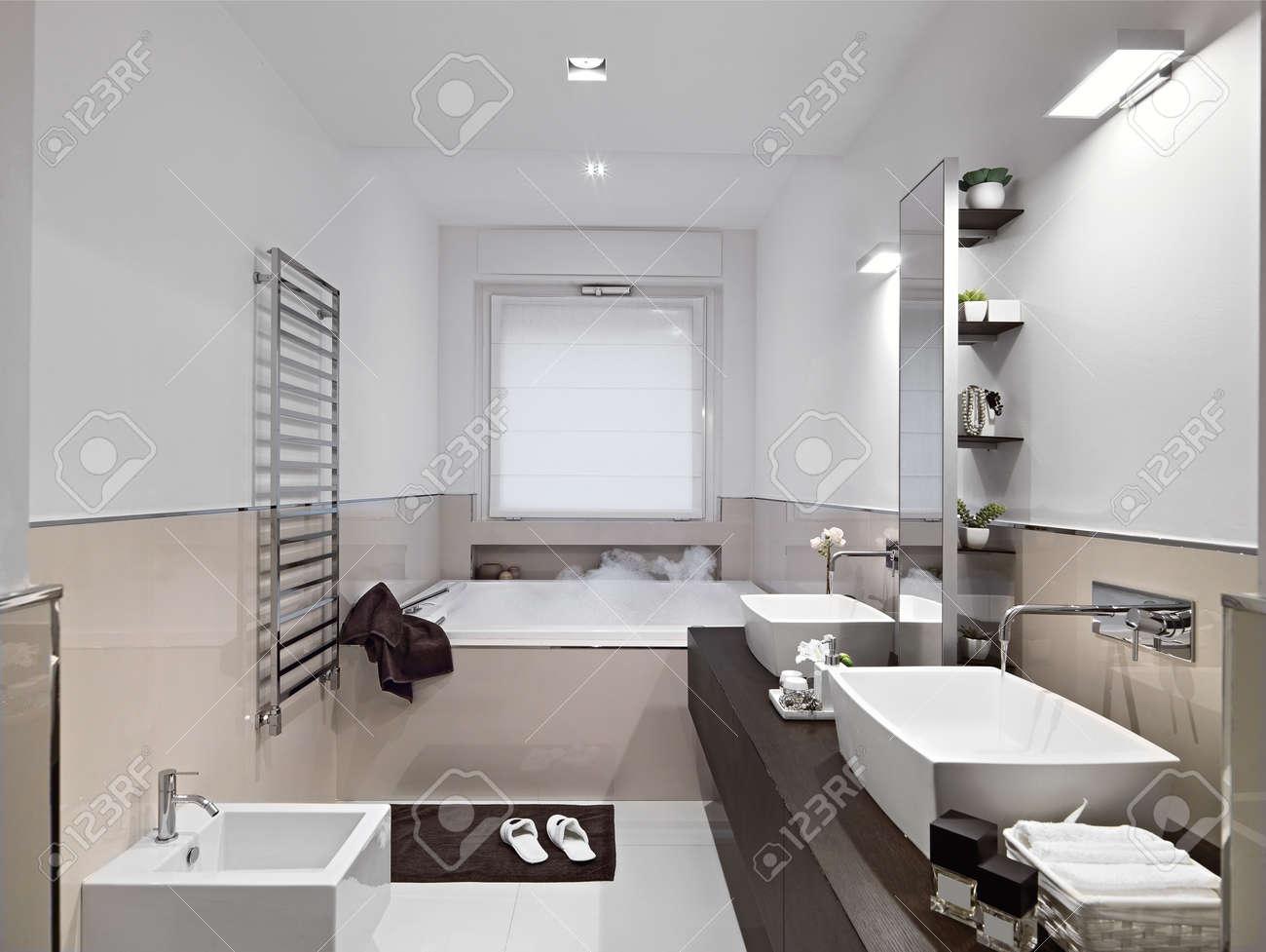Vue De L\'intérieur D\'une Salle De Bains Moderne Avec Baignoire Et ...