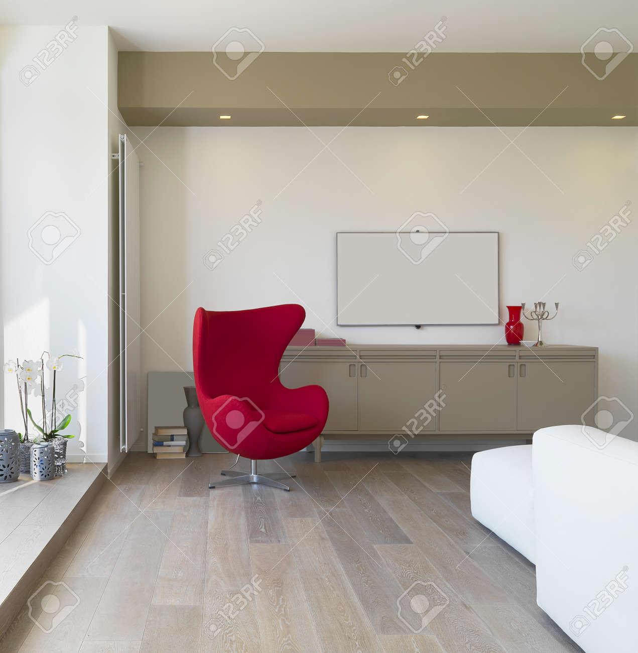 Banque Du0027images   Vue De Lu0027intérieur Du0027un Salon Moderne Avec Fauteuil Rouge  Et Plancher De Bois